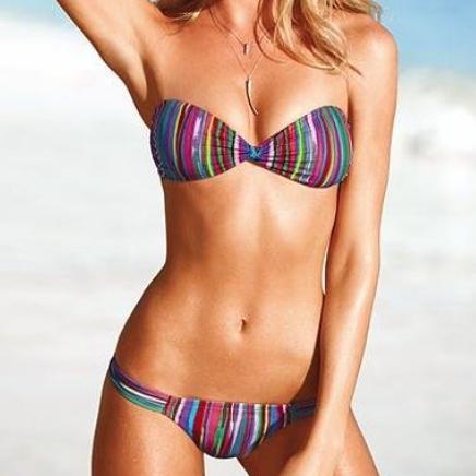 Ультра модный радужный купальник с вертикальными полосками