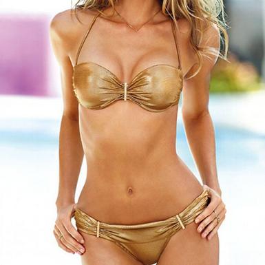 Блестящий золотой купальник с металлическими декорациями